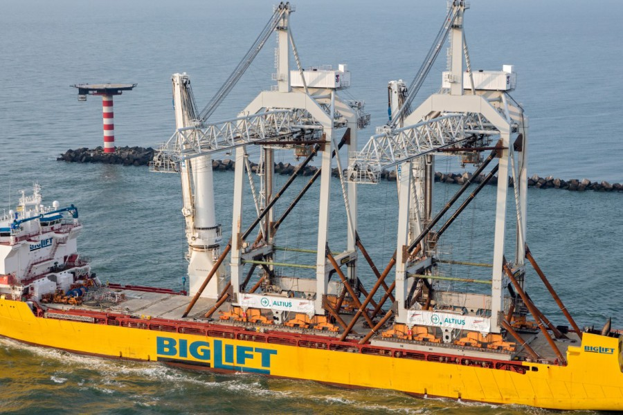 Happy Sky transports two oversized STS container cranes